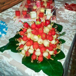 mesa de catering con bandejas de frutas