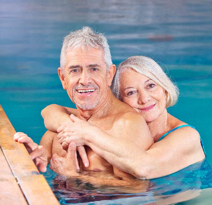 pareja de ancianos disfrutando del balneario montemayor